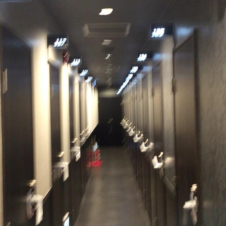 個室ビデオDVD鑑賞ボックスの様子 廊下