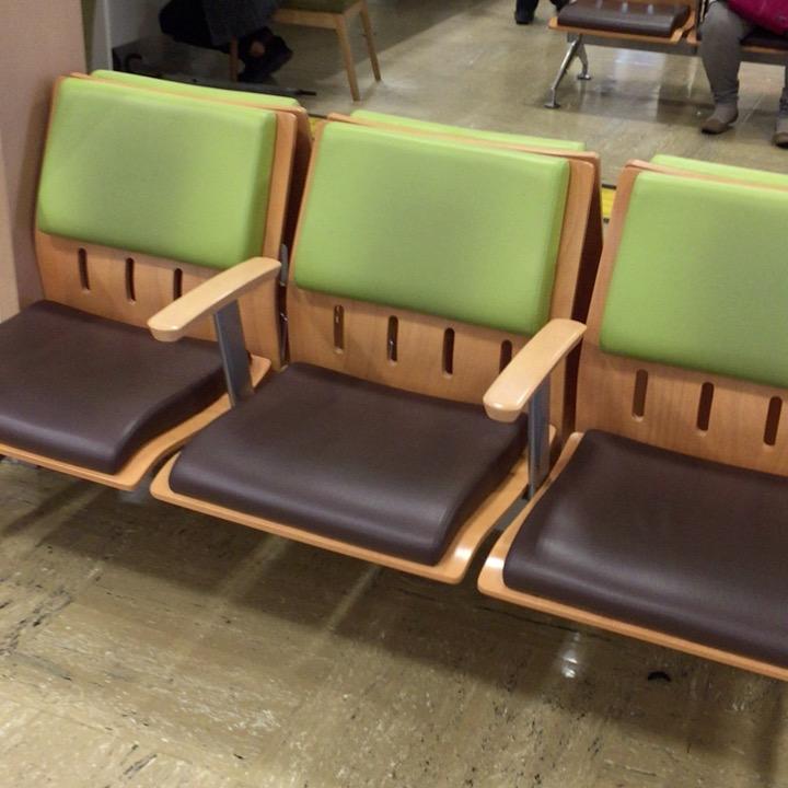 新宿バスタの待合室の椅子