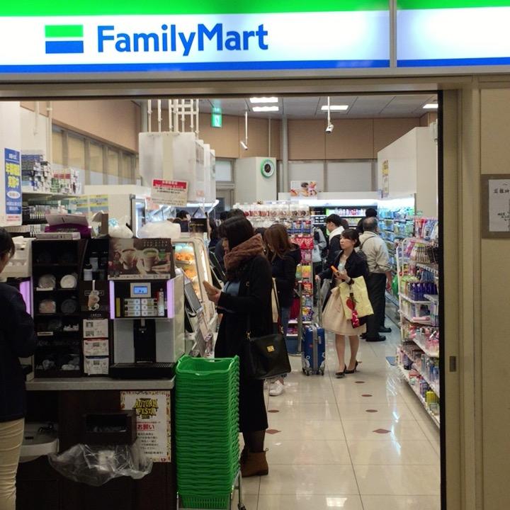 新宿バスタ内待合室のコンビニエンスストア(ファミリーマート)