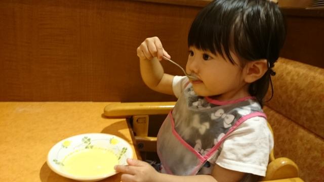 スープを食べている女の子