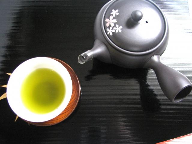 お茶の入った湯呑と急須