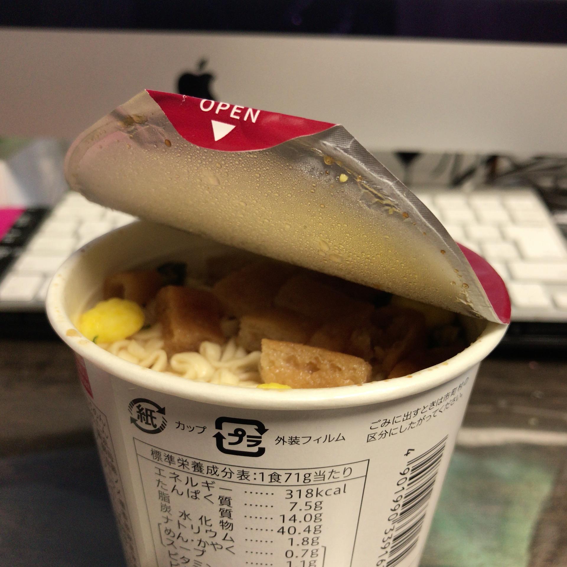 カップ麺の蓋が開いてしまっている
