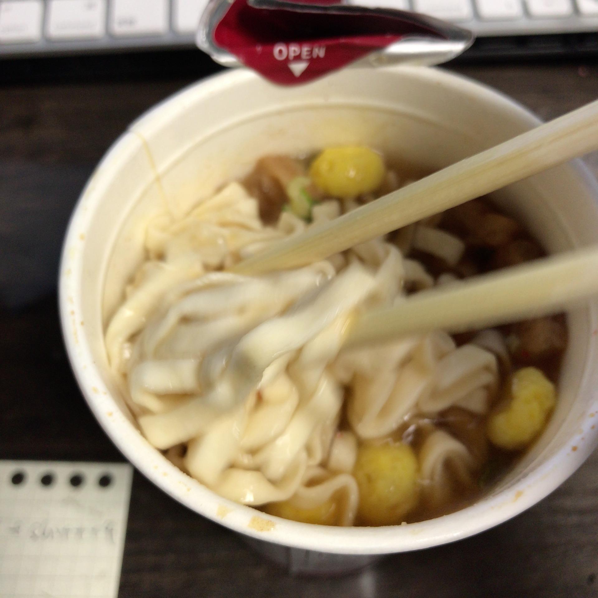 箸で麺を持っている