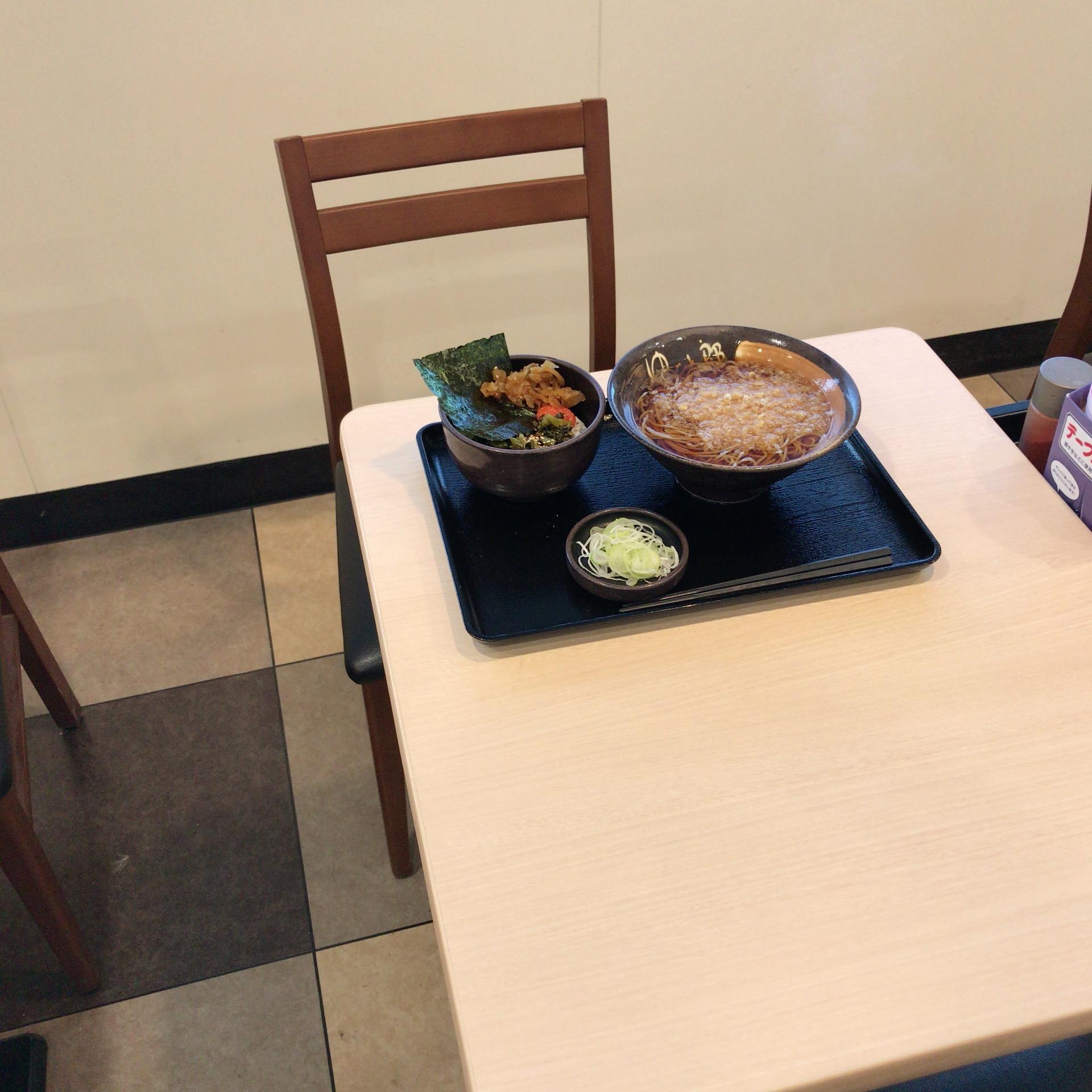テーブルの上に蕎麦のセットが乗っている