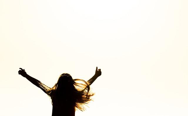 両手を上げている髪の長い女性