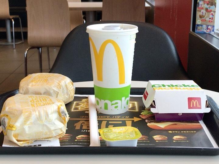ハンバーガーと飲み物とナゲット