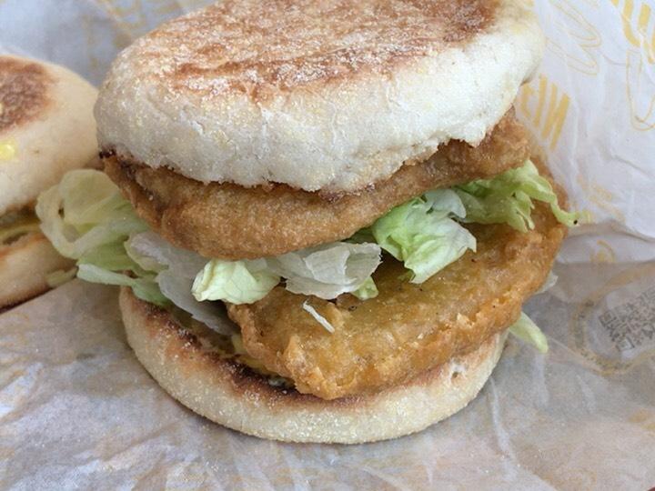 チキンクリプスが2枚挟んであるハンバーガー