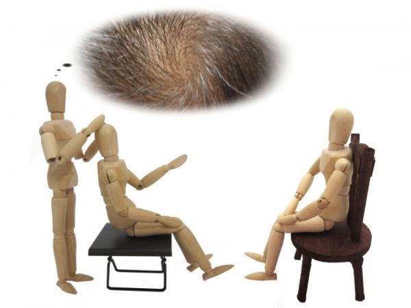 薄毛の相談をしている人形