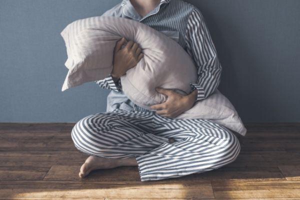 枕を持っている男性