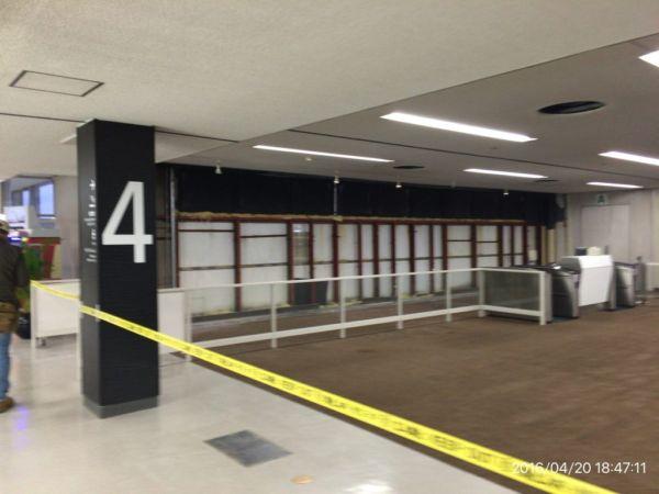 天井や壁が崩れた熊本空港