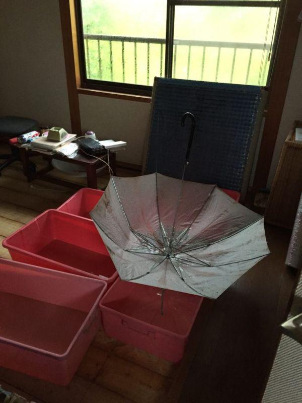 雨漏りしている室内