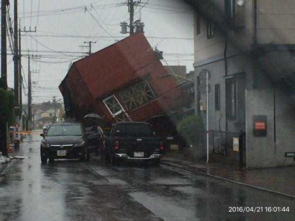 地震で家が傾いている