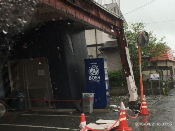 柱が傾いている建物