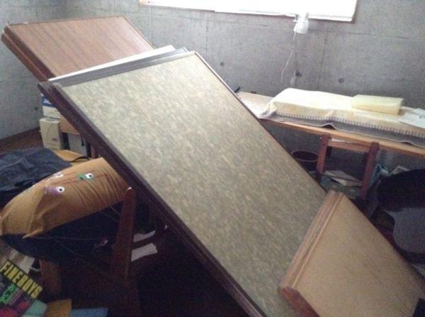 地震で散乱した室内
