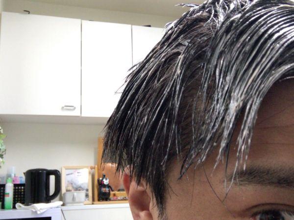 くしで梳いた白髪染めを塗った髪の毛