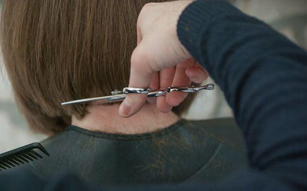 髪の毛を切られている女性の後ろ姿