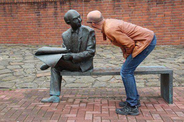 銅像と見つめ合っている男性