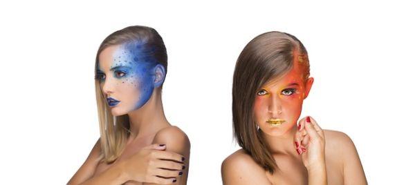カラフルなヘアメイクをしている外国人女性2人