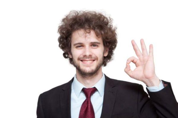OKサインをしている男性