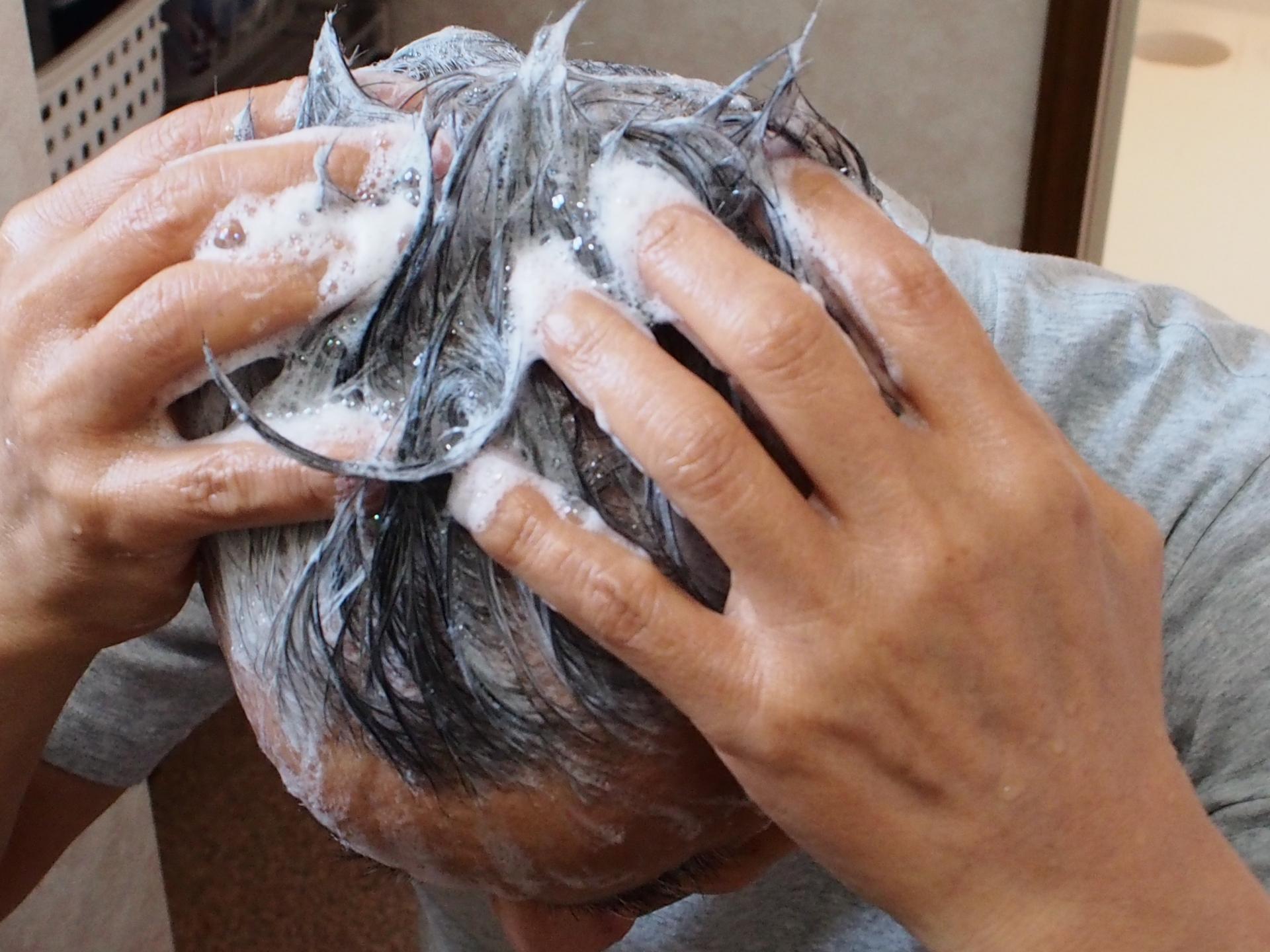 シャンプーする薄毛の男性